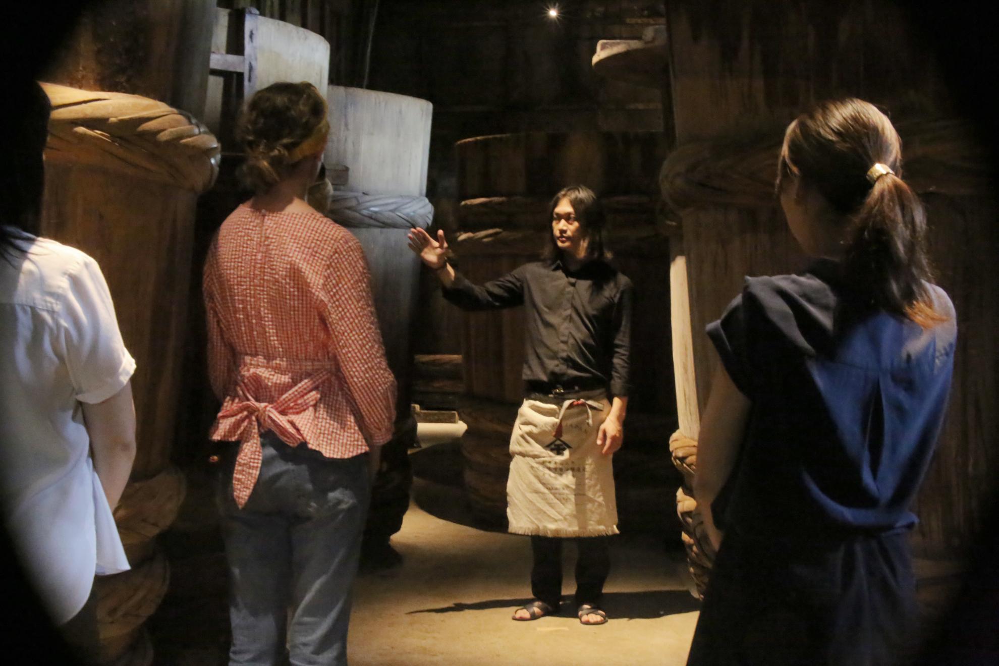 伝統的味噌醤油工場